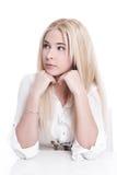 Jeune fille blonde réfléchie d'isolement image stock