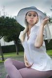 Jeune fille blonde sexy dans le chapeau photographie stock