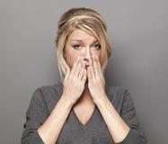 Jeune fille blonde soucieuse faisant une erreur Photos stock