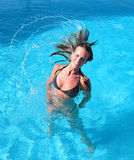 Jeune fille bronzée attirante   Images stock