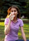 Jeune fille buvant une eau Photographie stock
