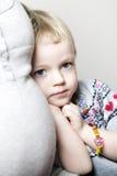 Jeune fille caressée jusqu'à sa mère images stock