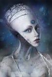 Jeune fille composée en tant qu'étranger sur le fond des distances cosmiques Images stock