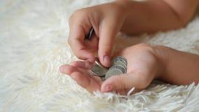 Jeune fille comptant des pièces de monnaie, argent d'économie d'enfant Enfant comptant son épargne Petit enfant comptant l'argent clips vidéos
