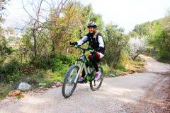 Jeune fille conduisant un vélo images stock