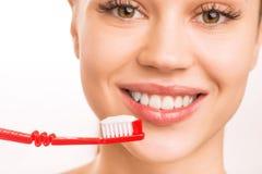 Jeune fille confirmant une brosse à dents image stock