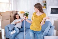 Jeune fille contrariée grondant son compagnon de chambre paresseux Photos stock