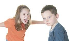 Jeune fille criant au garçon image stock