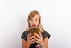 Jeune fille dépendante au téléphone portable images libres de droits