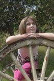 Jeune fille détendant à l'extérieur photos stock
