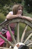 Jeune fille détendant à l'extérieur Image libre de droits
