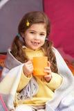 Jeune fille détendant à l'intérieur de la tente des vacances campantes Photos stock