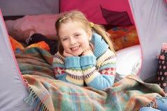Jeune fille détendant à l'intérieur de la tente en vacances Images stock