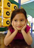 Jeune fille détendant au terrain de jeu. Photos stock