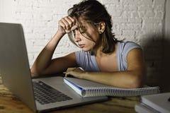 Jeune fille d'étudiant étudiant à la maison l'ordinateur portable fatigué préparant l'effort épuisé et frustré d'examen de sentim photos stock