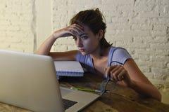Jeune fille d'étudiant étudiant à la maison l'ordinateur portable fatigué préparant l'effort épuisé et frustré d'examen de sentim photos libres de droits