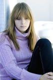 Jeune fille d'adolescent s'asseyant avec le visage déprimé Images stock