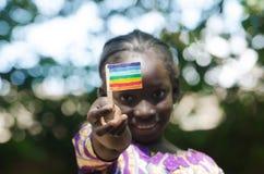Jeune fille d'africain noir montrant le drapeau de paix avec ses mains Images stock