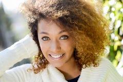 Jeune fille d'Afro-américain avec la coiffure Afro et les yeux verts Image libre de droits