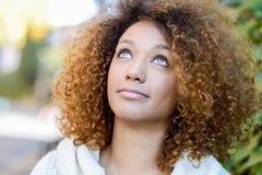 Jeune fille d'Afro-américain avec la coiffure Afro et les yeux verts Photographie stock libre de droits