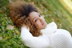 Jeune fille d'Afro-américain avec la coiffure Afro et les yeux verts Images libres de droits