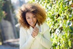 Jeune fille d'Afro-américain avec la coiffure Afro et les yeux verts Photos libres de droits