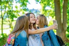 Jeune fille d'amies Été en nature Photographies des personnes Sourire heureusement Un baiser amical sur la joue Repos ensuite Images libres de droits