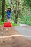 Jeune fille d'Asiatiques avec les valises rouges photos libres de droits