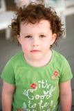 Jeune fille d'enfant en bas âge sur la plate-forme de patio dehors au coucher du soleil vers le bas au rivage Photos stock