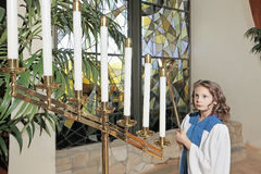 Jeune fille dans l'église Photos libres de droits