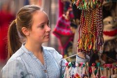 Jeune fille dans la boutique de cadeaux asiatique nepal Image stock