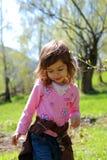 Jeune fille dans la campagne images stock