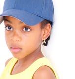 Jeune fille dans la casquette de baseball Image libre de droits