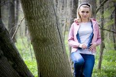 Jeune fille dans la forêt Photo libre de droits