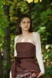 Jeune fille dans la forêt d'automne photos libres de droits