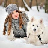 Jeune fille dans la forêt d'hiver avec le chien enroué images stock
