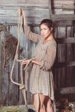 Jeune fille dans la grange avec sa main de corde images stock
