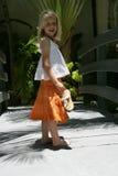 Jeune fille dans la jupe orange Images libres de droits