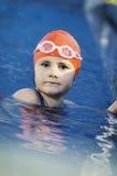 Jeune fille dans la piscine Images libres de droits