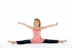 Jeune fille dans la pose gymnastique faisant des fractionnements photographie stock libre de droits