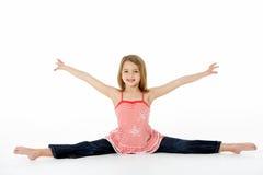 Jeune fille dans la pose gymnastique faisant des fractionnements photographie stock