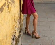 Jeune fille dans la robe d'été dans des espadrilles légères sur la pose de rue Photographie stock libre de droits