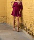 Jeune fille dans la robe d'été dans des espadrilles légères sur la pose de rue Photo libre de droits