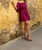 Jeune fille dans la robe d'été dans des espadrilles légères sur la pose de rue Image libre de droits