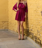 Jeune fille dans la robe d'été dans des espadrilles légères sur la pose de rue Photo stock