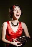 Jeune fille dans la robe de vintage riant et se tenant Photos libres de droits