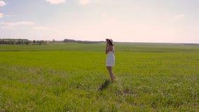 Jeune fille dans la robe et le chapeau de paille blancs clips vidéos