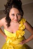 Jeune fille dans la robe jaune Photo stock