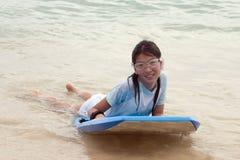 Jeune fille dans la vague déferlante Photographie stock libre de droits