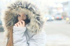 Jeune fille dans la ville d'hiver Photographie stock